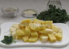 Картофель очистите и нарежьте кубиками