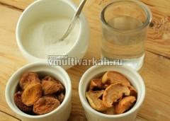 Подготовьте сухофрукты, сахар и воду для компота