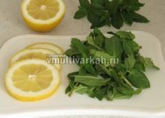 Лимон нарежьте дольками, мяту порвите