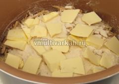Сверху последнего сухого слоя выложите кусочки масла