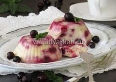 Для подачи украсьте суфле ягодами и мятой