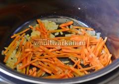 Добавьте морковь и обжарьте вместе с луком