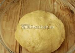 Муку смешайте с разрыхлителем и ванилином и замесите тесто, оставьте на полчаса в холодильнике