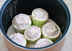 Для соуса смешайте томатную пасту со сметаной, добавьте сливки, посолите и поперчите по вкусу, залейте кабачки