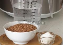 Подготовьте гречку, воду и соль