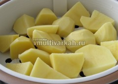 Картофель выложите в лоток-пароварку