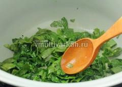 Шпинат обжарьте 3 минуты на оливковом масле