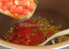 Добавьте помидор и потушите пару минут