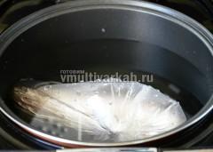 Плотно оберните пищевой пленкой, уложите в пакет и отправьте в чашу с водой