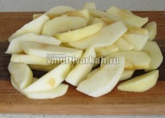 Очистите и нарежьте яблоки