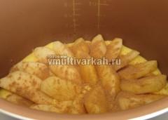 Затем половину яблок и корицу