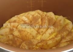 Далее выложите оставшееся тесто равномерно и выложите яблоки, также посыпав корицей