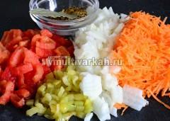 Очистите и измельчите овощи, кроме капусты