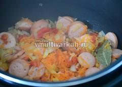 Добавьте сосиски кружочками и 50мл воды