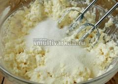 Добавьте сахар, ваниль, соль и манку