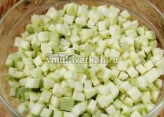 Кабачки помойте, обсушите, очистите и нарежьте кубиками