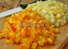 Апельсин и лимон помойте и нарежьте с кожурой