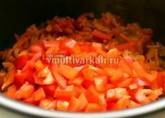 Добавить болгарский перец, посолить, поперчить
