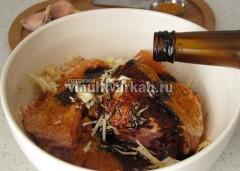 Натрите курицу приправами, чесноком и залейте соевым соусом, оставьте на полчаса