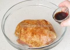 Залейте соевым соусом и поставьте на 30 минут в холодильник