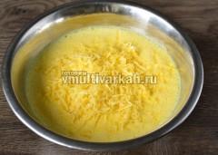 Всыпать сыр в яичную смесь и перемешать