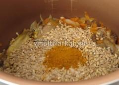 Всыпьте промытую перловку, соль и специи