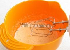 Взбейте яйца с сахаром до пузырьков