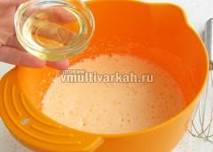 Добавьте кефир, растительное масло и размешайте венчиком