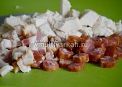 Нарежьте мясо и копчености для солянки