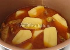 Доведите до кипения, добавьте картофель половинками