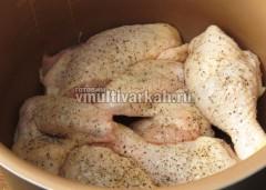 Выложите куски курицы в чашу, посолите, поперчите и включите режим тушение на 90 минут