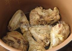 Примерно за 20 минут курица пустит сок и изменит цвет