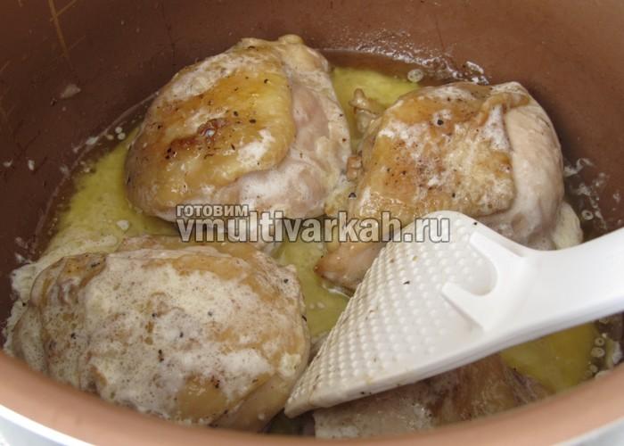 Тушеные в сливках куриные бедра в мультиварке