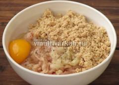 К фаршу добавить лук, сухари, яйцо, соль и перец, перемешать