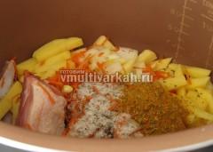 Сложите мясо и овощи в чашу, насыпьте соль, специи и добавьте лавровый лист