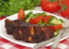 Подавайте запеченные ребрышки со свежими овощами