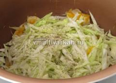 Добавьте капусту к овощам и мясу