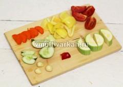 Помойте и нарежьте овощи