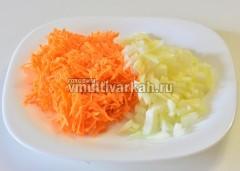 Помойте и измельчите лук с морковью