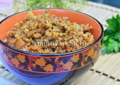 Разложите по тарелкам и посыпьте свежей зеленью
