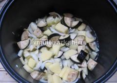 Выложите в чашу мультиварки, добавьте соль, перец и воду