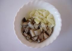 Отваренные грибы и лук измельчить