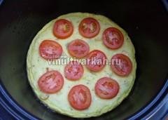 Открыть крышку и выложить сверху кружочки помидоров