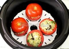 В каждый помидор вложить ломтик феты и нафаршировать булгуром, накрыть крышечками