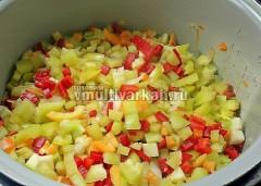 Далее в чашу добавьте болгарский перец