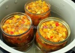 Горячий салат разложите в банки, поставьте в чашу, залейте до средины банок горячей водой и стерилизуйте 20-30 минут при 120 градусах