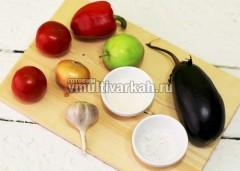 Подготовьте овощи и специи для соуса