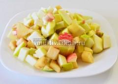 Помойте, очистите и нарежьте яблоки