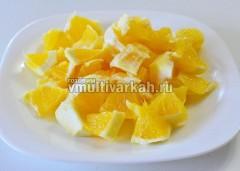 Очистите от кожуры апельсины и нарежьте