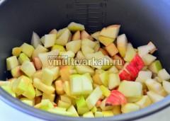 Выложите фрукты в чашу
